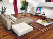 Soggiorno-con-divano-sospeso-e-mobili-di-design